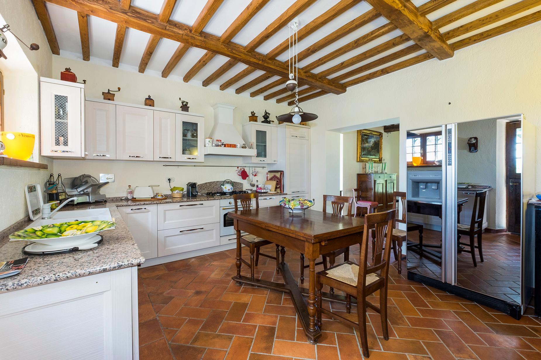 Красивый отремонтированный дом с бассейном на тосканских холмах в Гроссето, Италия - 8