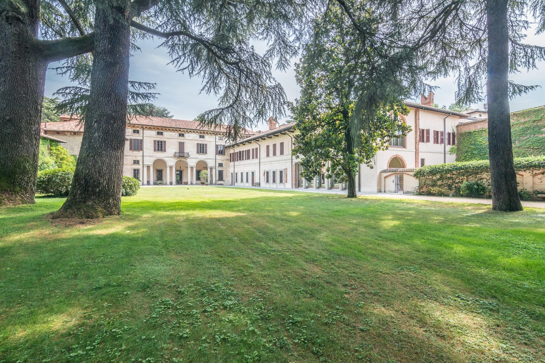 Majestic villa of the XV century immersed in the countryside outside Milan - 3