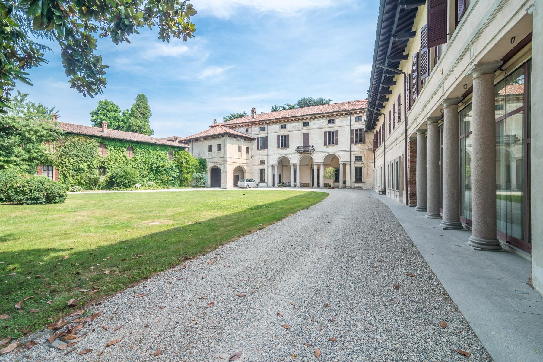 Majestic villa of the XV century immersed in the countryside outside Milan - 4