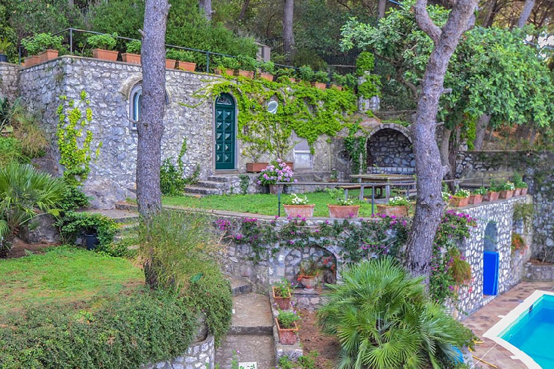 Вилла с панорамными террасами и бассейном в центре легендарного острова Капри, Италия - 9