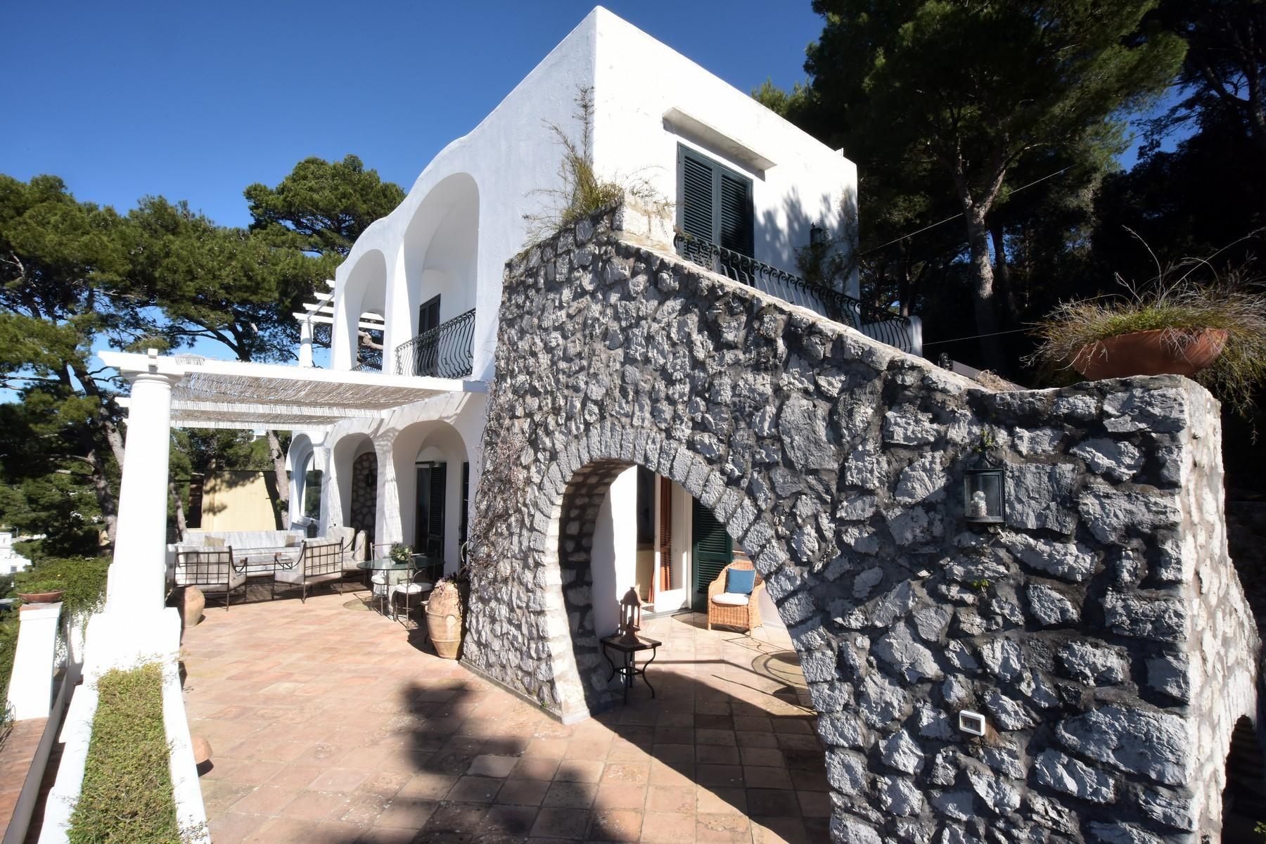 Вилла с панорамными террасами и бассейном в центре легендарного острова Капри, Италия - 11