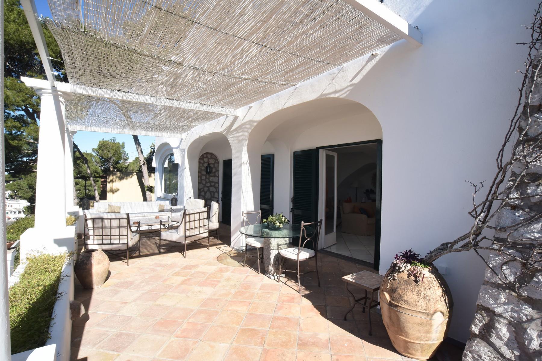 Вилла с панорамными террасами и бассейном в центре легендарного острова Капри, Италия - 12