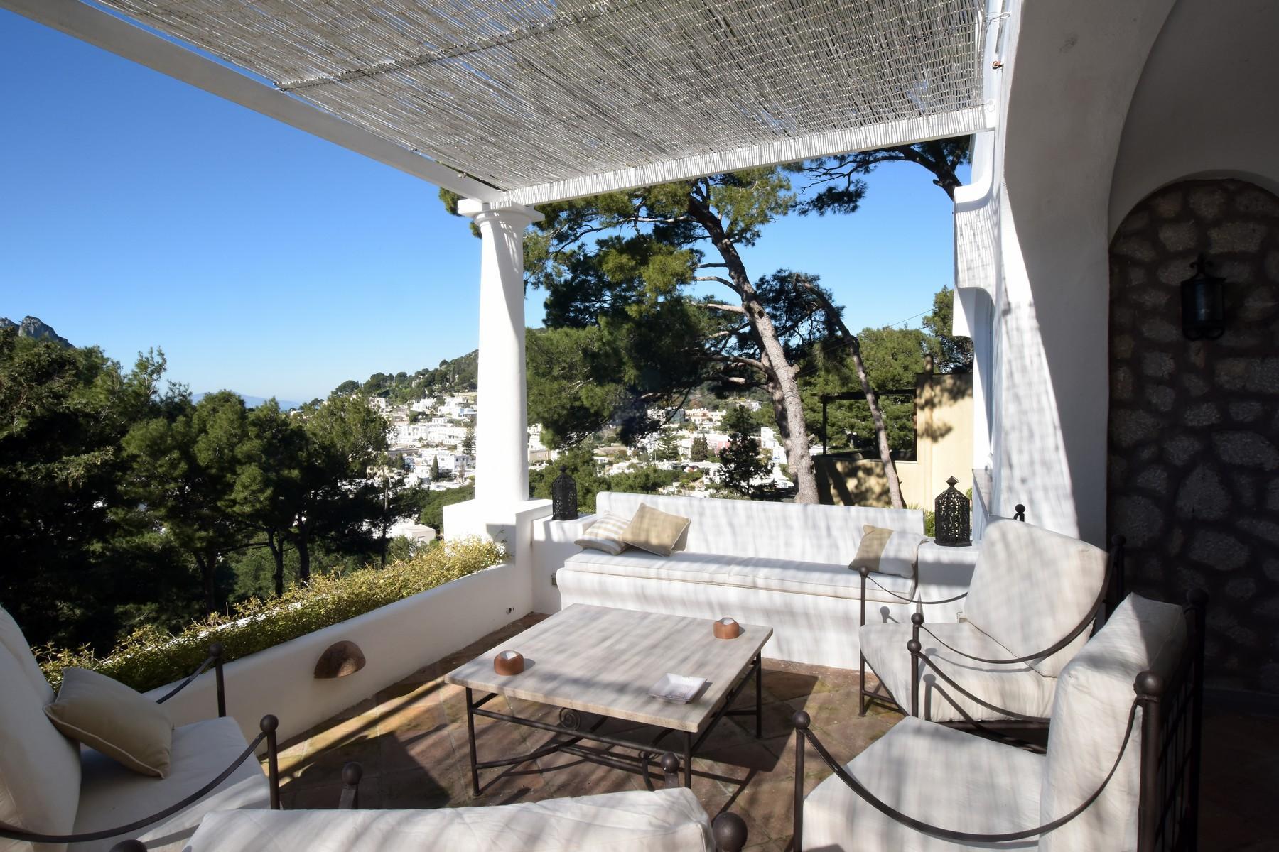 Вилла с панорамными террасами и бассейном в центре легендарного острова Капри, Италия - 13