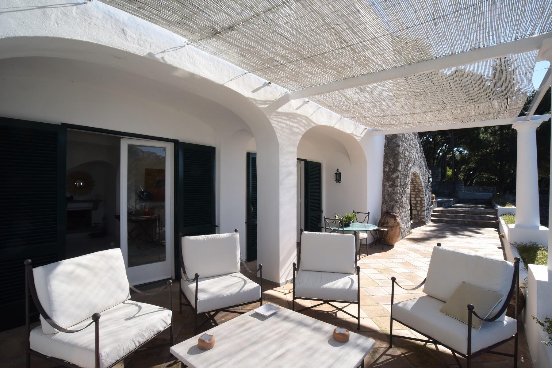 Вилла с панорамными террасами и бассейном в центре легендарного острова Капри, Италия - 14
