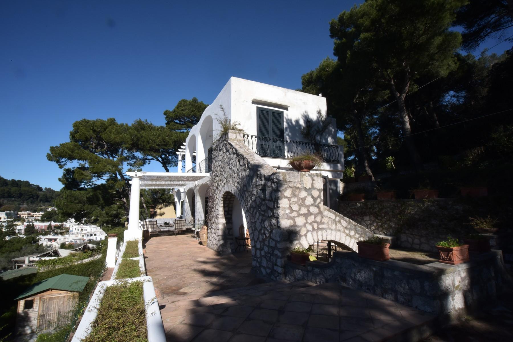 Вилла с панорамными террасами и бассейном в центре легендарного острова Капри, Италия - 18