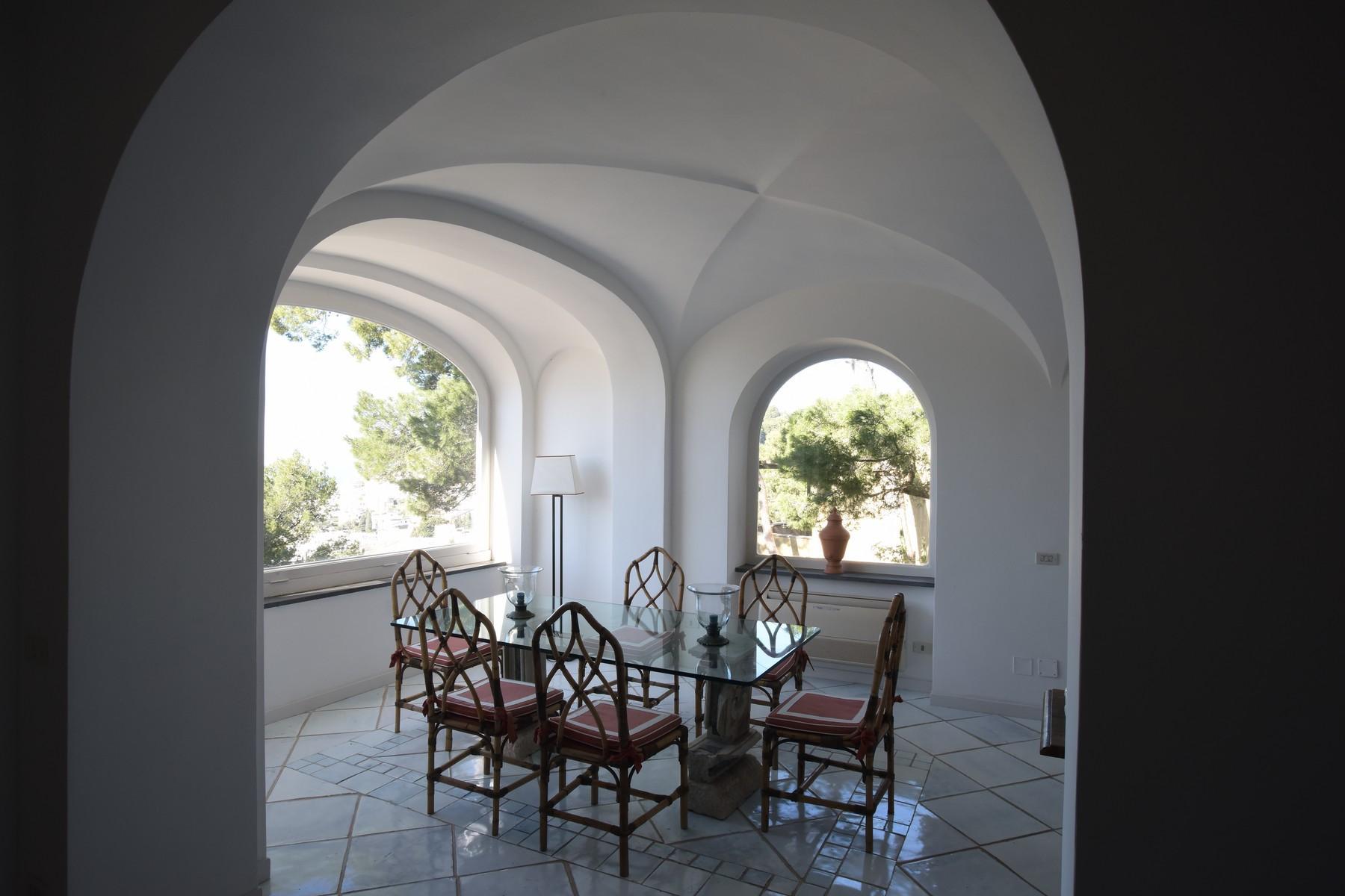 Вилла с панорамными террасами и бассейном в центре легендарного острова Капри, Италия - 19
