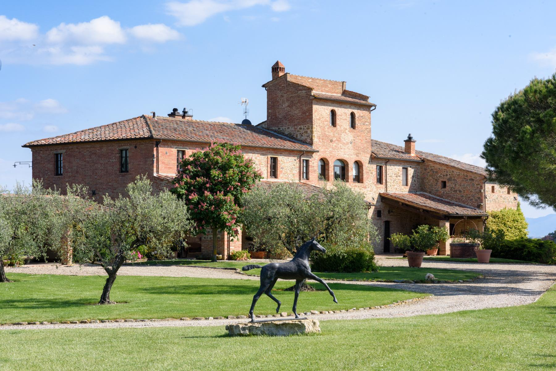 Tuscan countryhouse with 2,5 ha of vineyards - 3