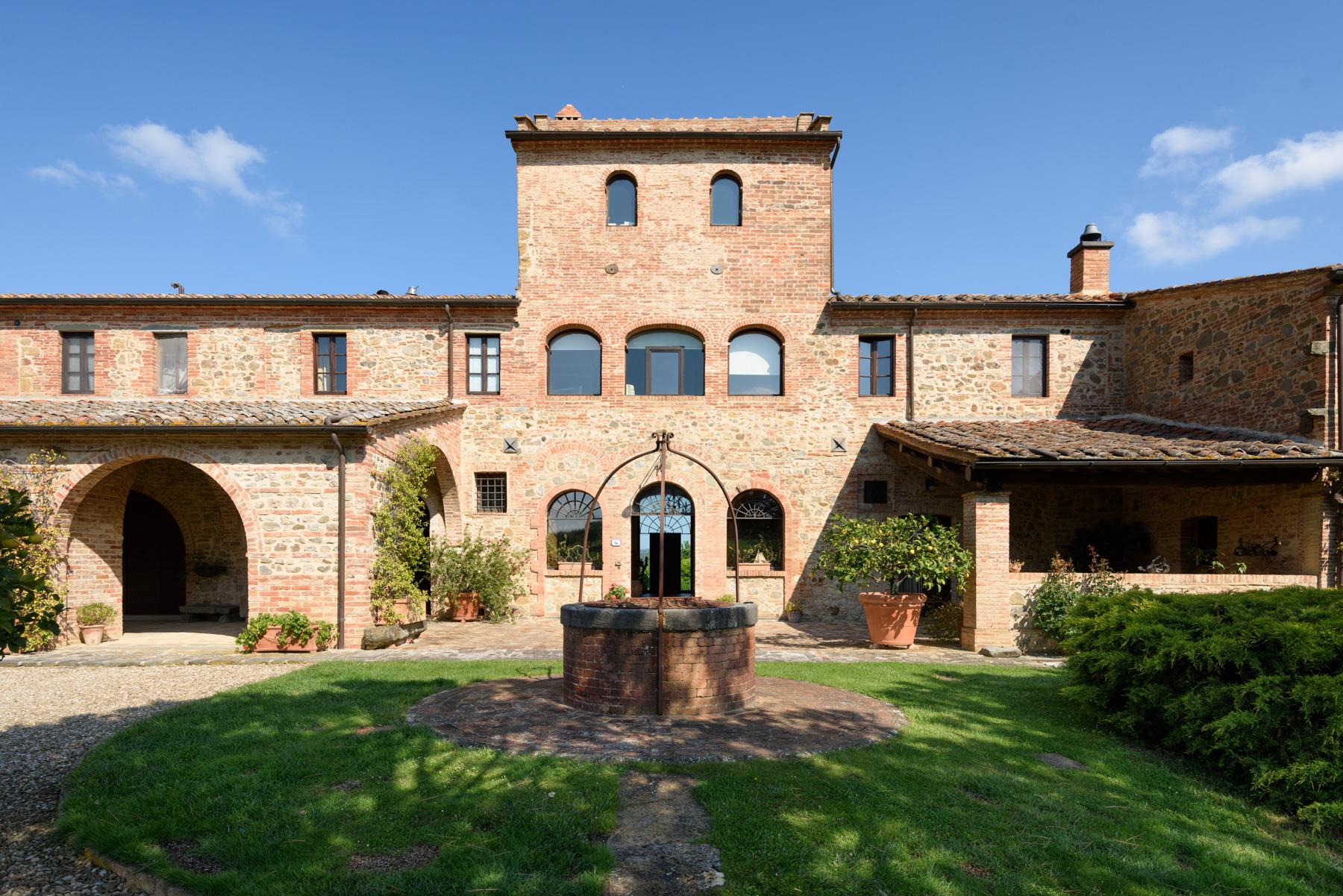 Tuscan countryhouse with 2,5 ha of vineyards - 1