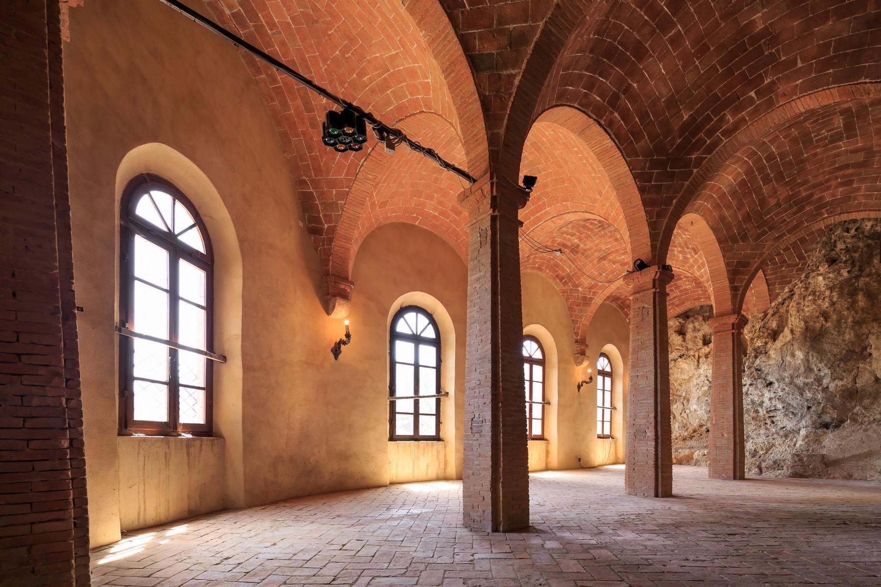 Восхитительное поместье с захватывающим видом на Тоскану в окрестностях Сиены, Италия - 14