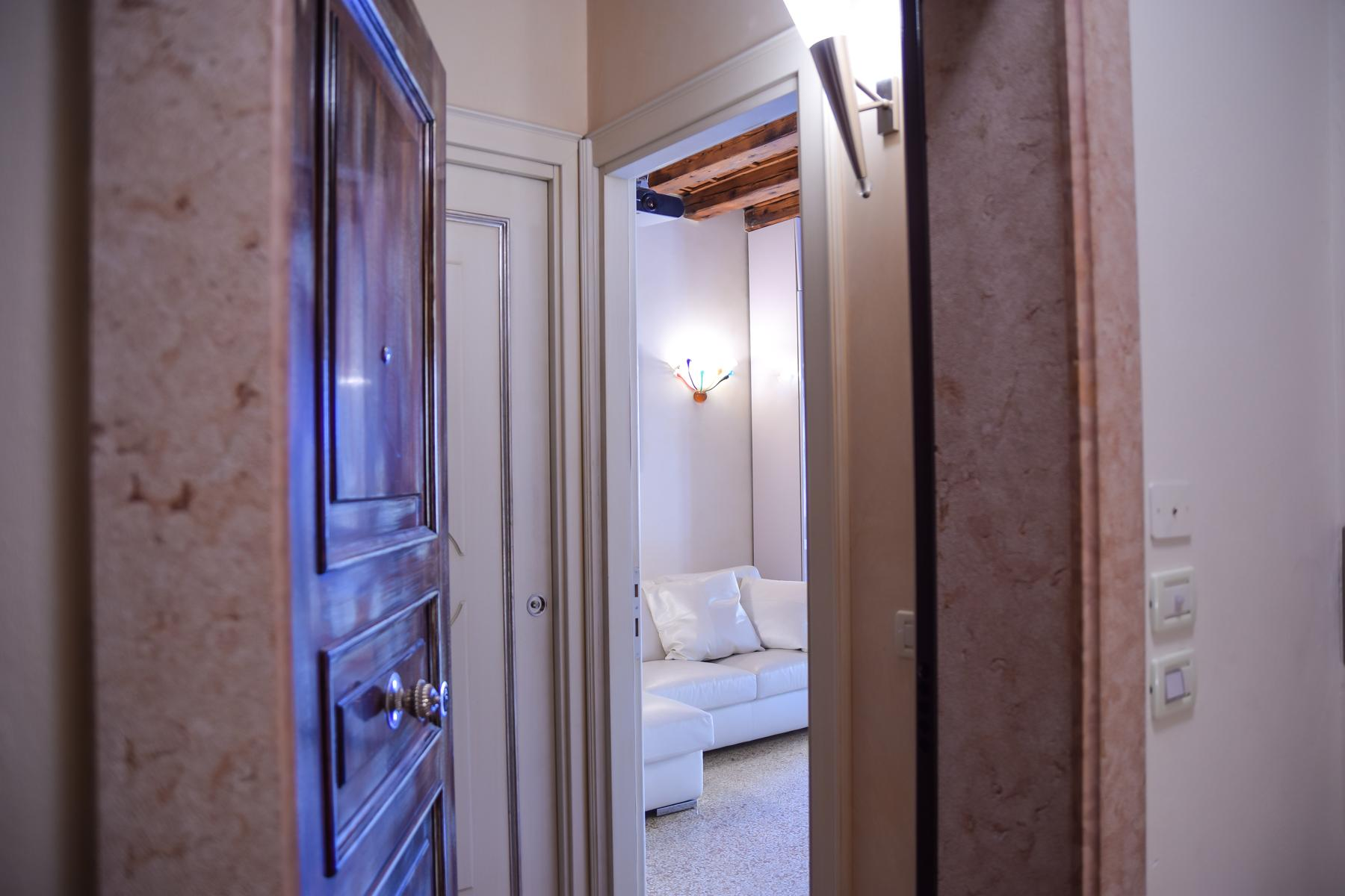 Exquisite apartment just few steps away from Piazza delle Erbe - 22