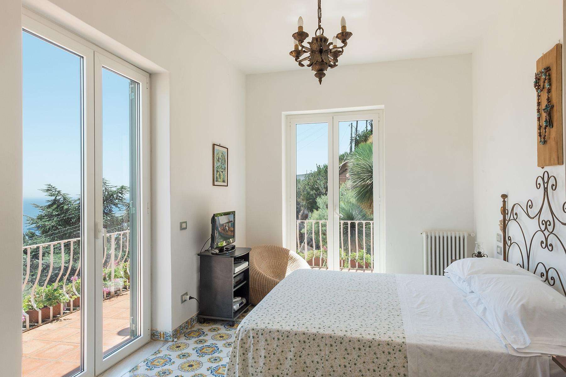 Прекрасная вилла с панорамным видом на море в центре легендарного острова Капри, Италия - 13