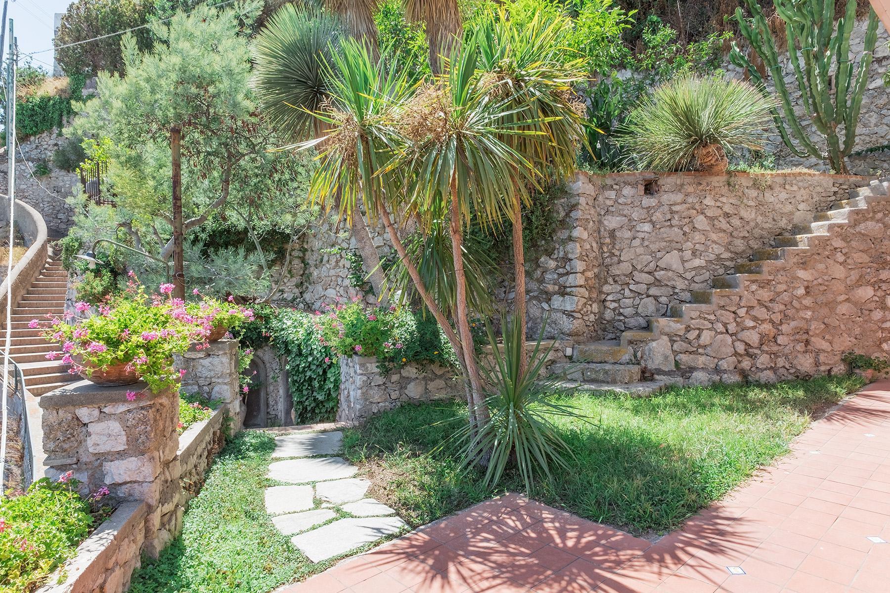 Прекрасная вилла с панорамным видом на море в центре легендарного острова Капри, Италия - 19