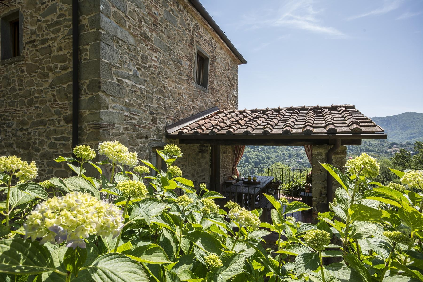 Medieval farmhouse immersed in the green of the Tuscan hills - 4