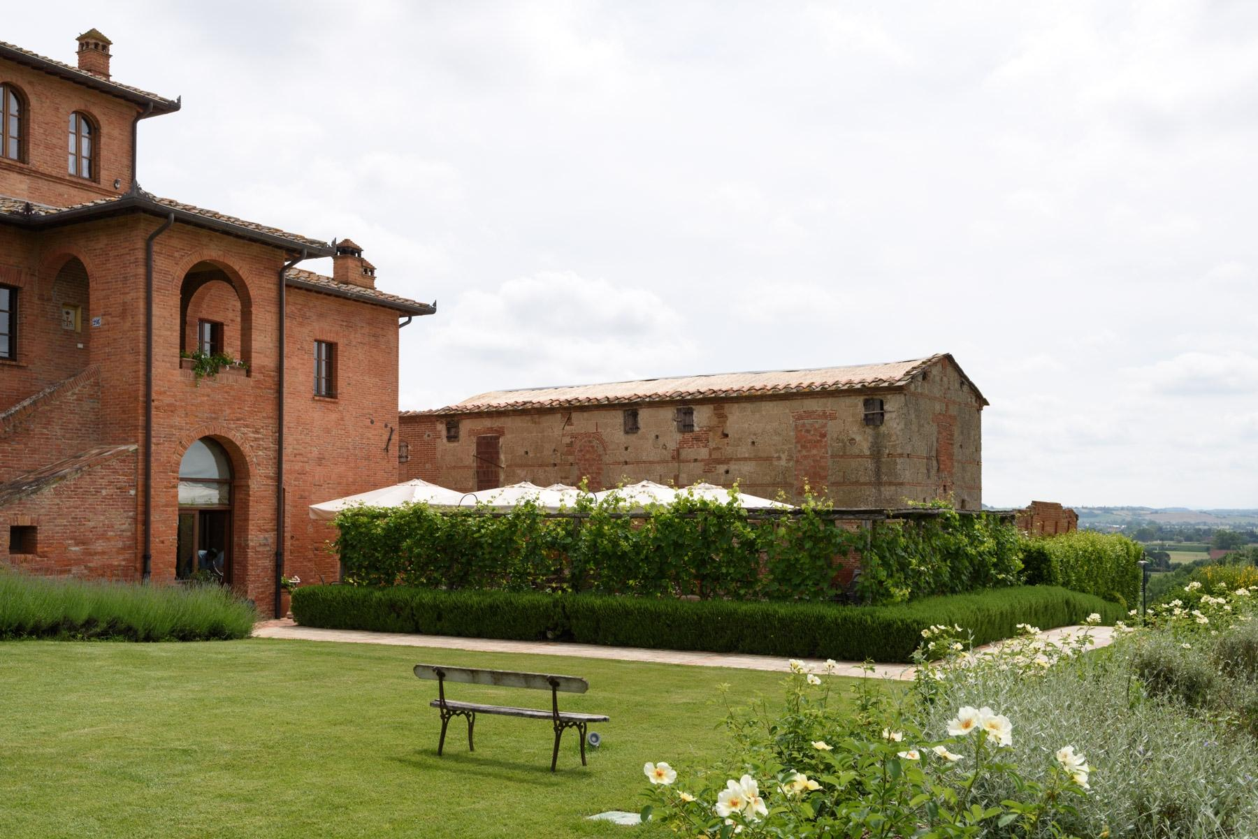 Country hotel with adjacent private villa near Siena - 28