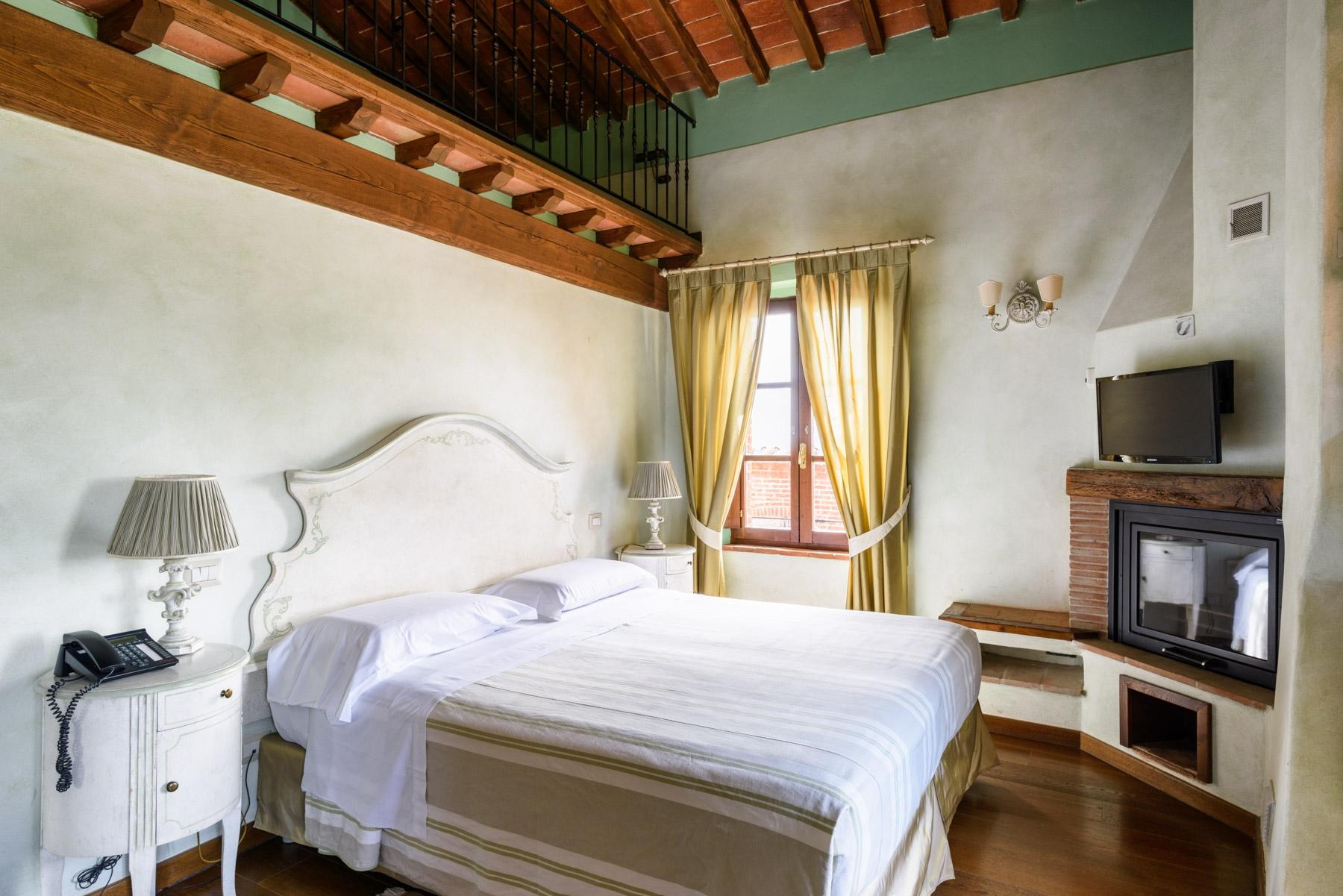 Country hotel with adjacent private villa near Siena - 12