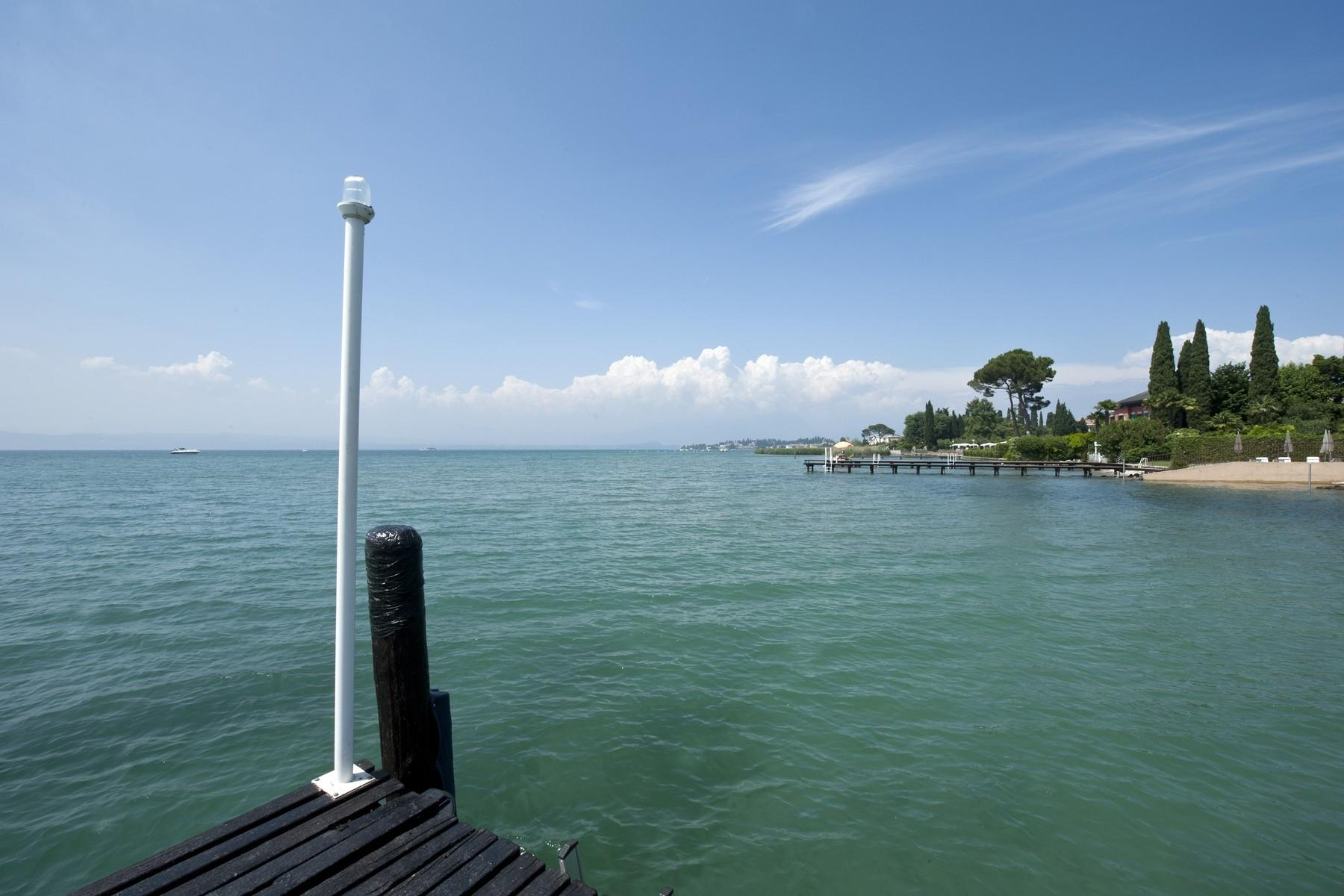 One of a kind Pieds dans l'eau villa with beach and dock in Sirmione - 13