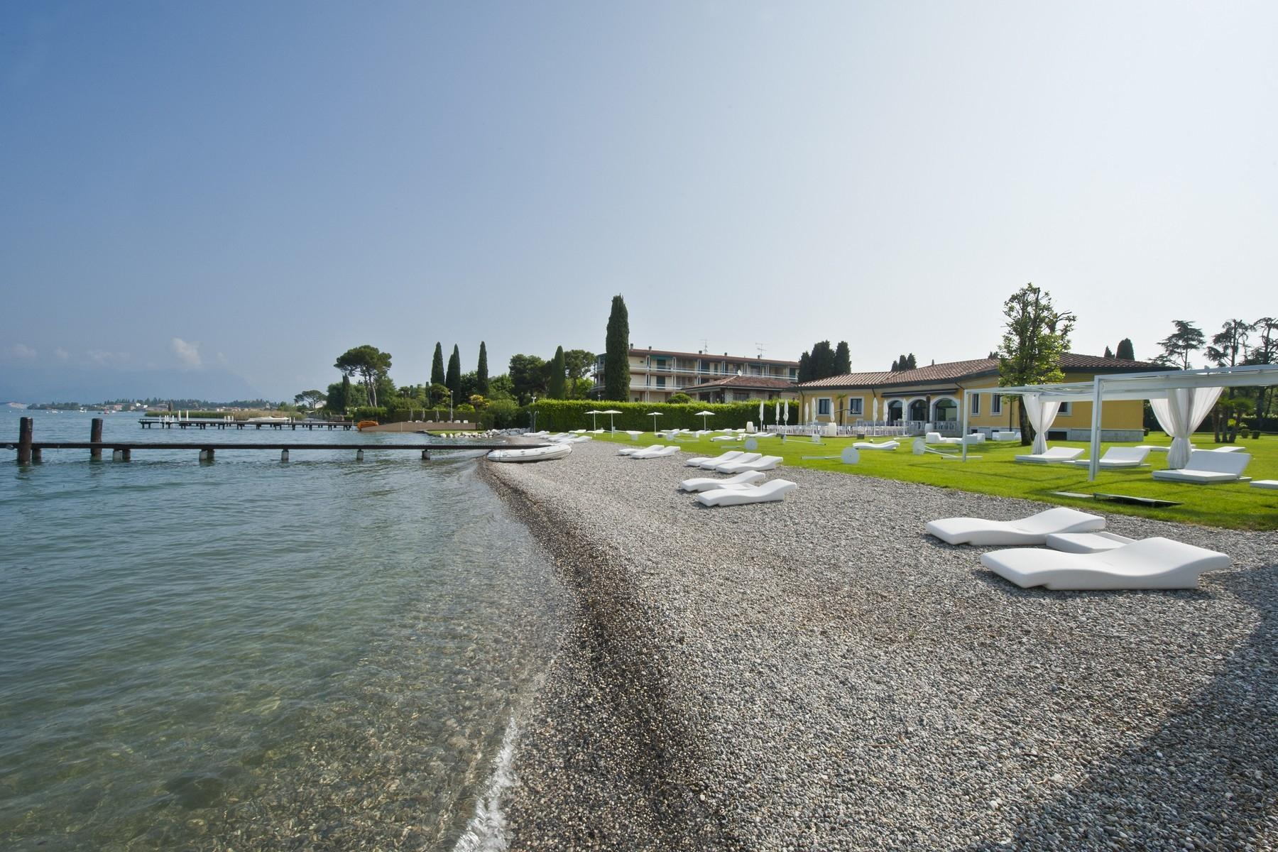One of a kind Pieds dans l'eau villa with beach and dock in Sirmione - 12