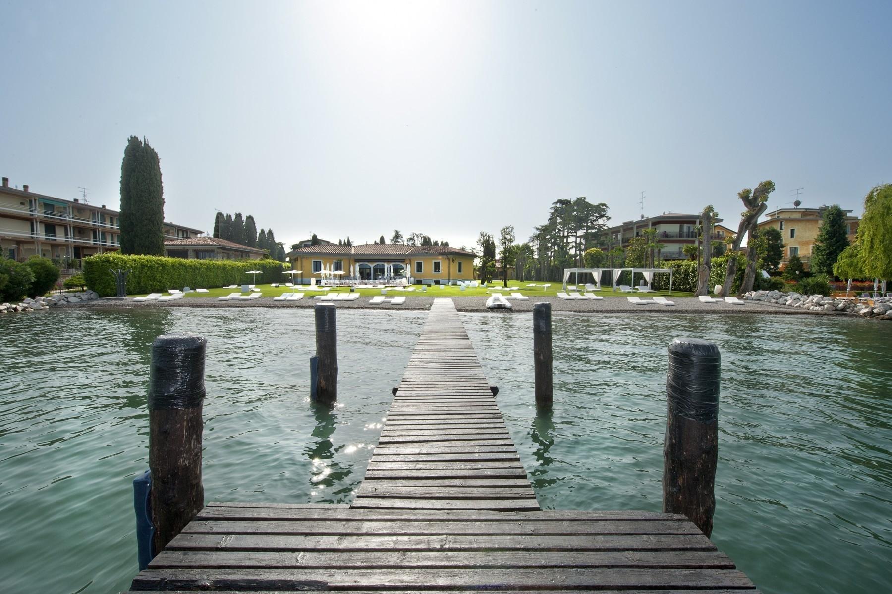 Villa pieds dans l'eau avec plage et quai à Sirmione - 1