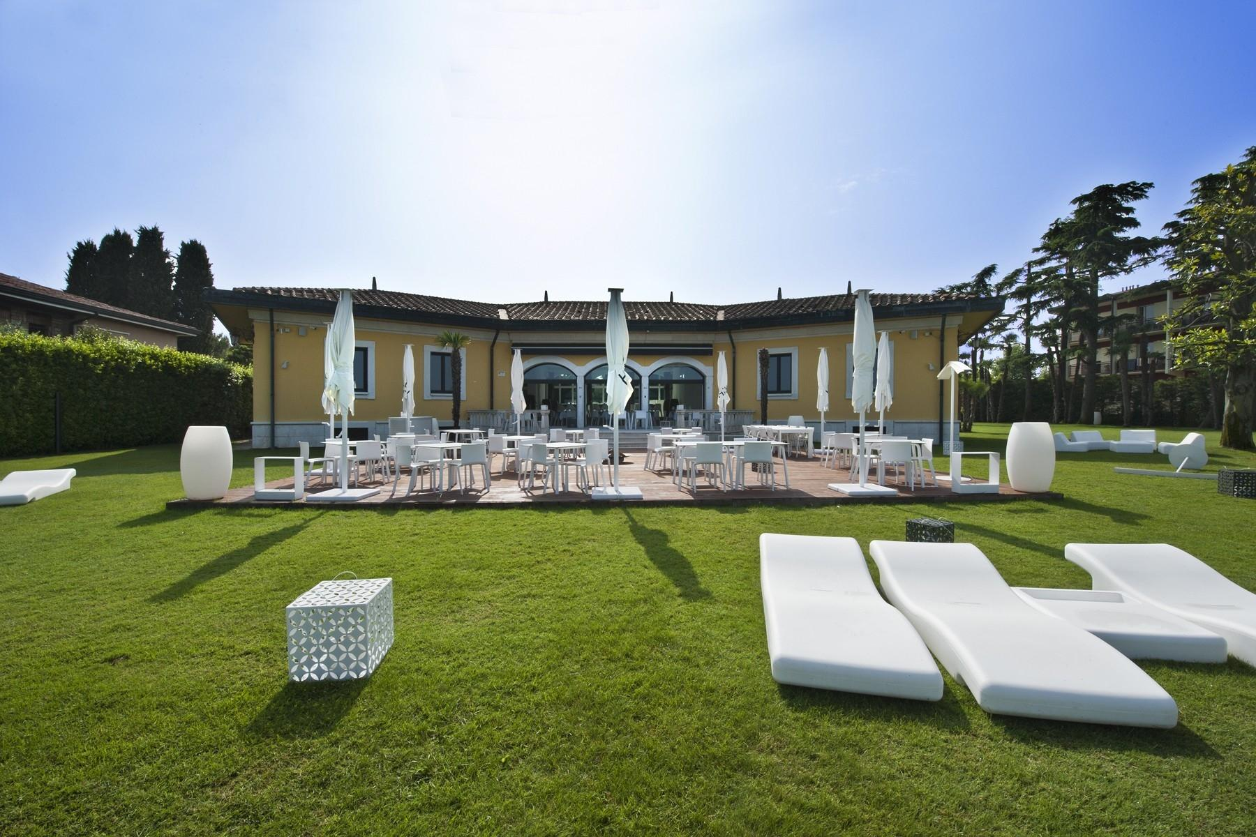 Villa unica pied dans l'eau con spiaggia e pontile a Sirmione - 4