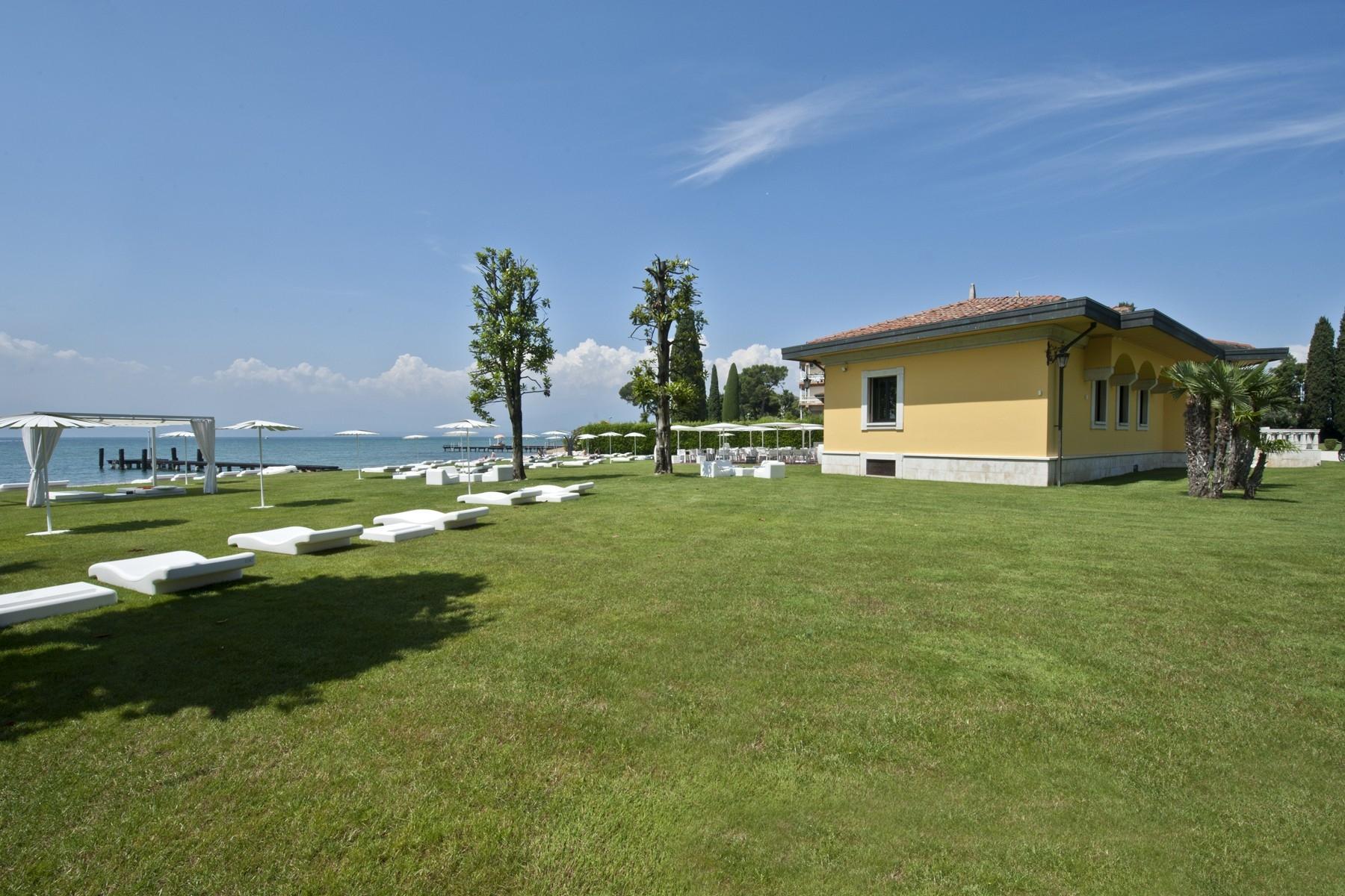 Villa pieds dans l'eau avec plage et quai à Sirmione - 7