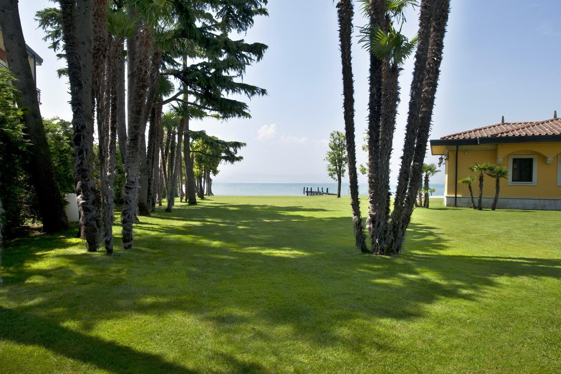 One of a kind Pieds dans l'eau villa with beach and dock in Sirmione - 10