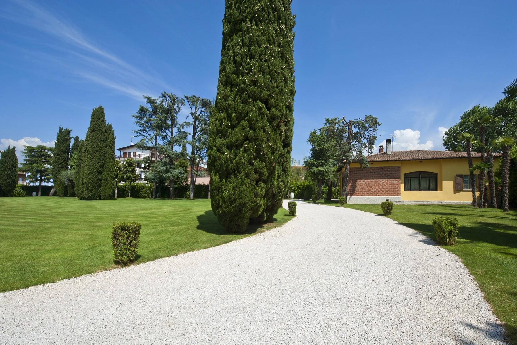 One of a kind Pieds dans l'eau villa with beach and dock in Sirmione - 17