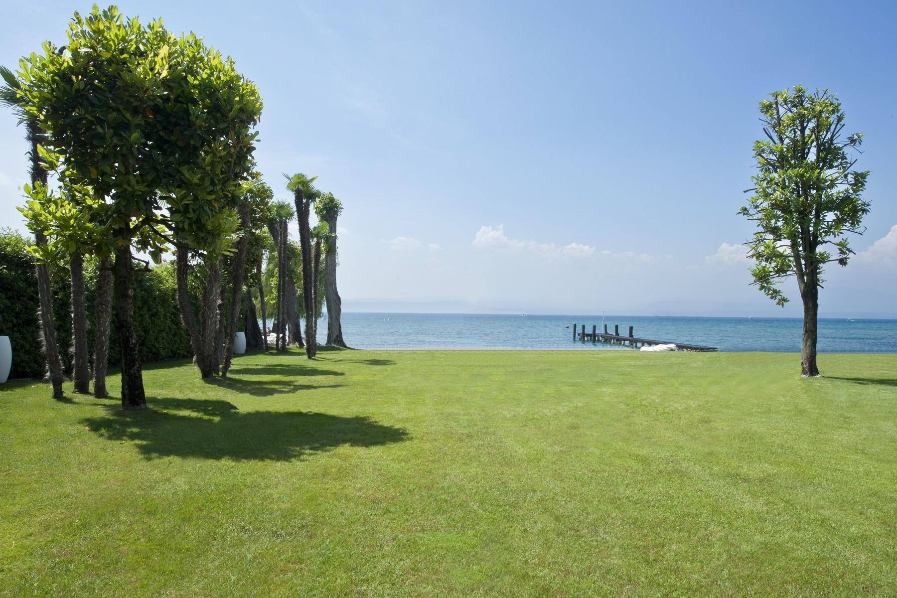 One of a kind Pieds dans l'eau villa with beach and dock in Sirmione - 14