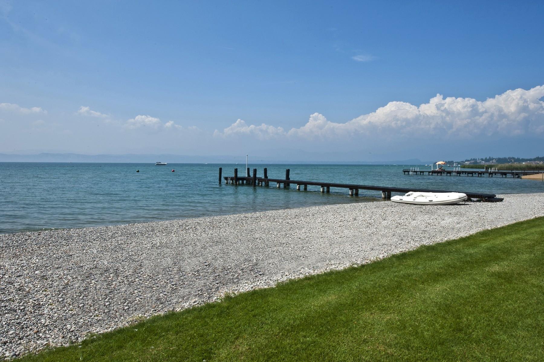 Villa unica pied dans l'eau con spiaggia e pontile a Sirmione - 3
