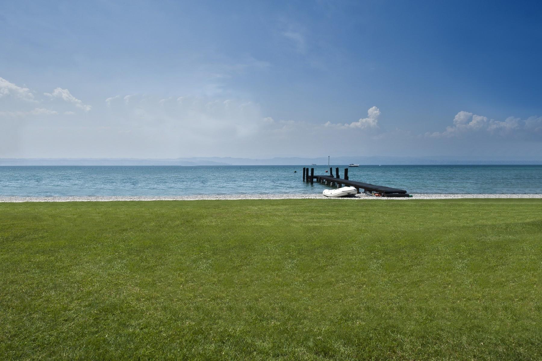 Villa pieds dans l'eau avec plage et quai à Sirmione - 2