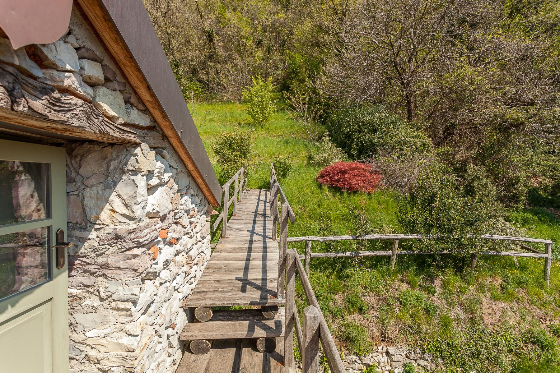 坐落在山坡之上安静村庄内的石头房屋 - 14