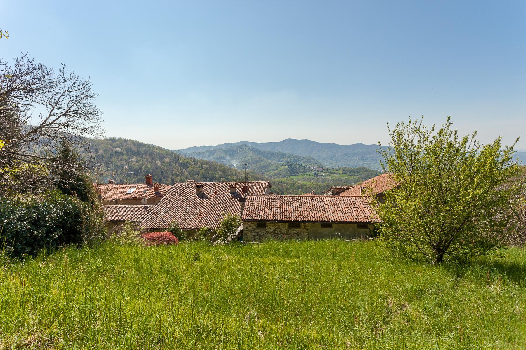 坐落在山坡之上安静村庄内的石头房屋 - 15