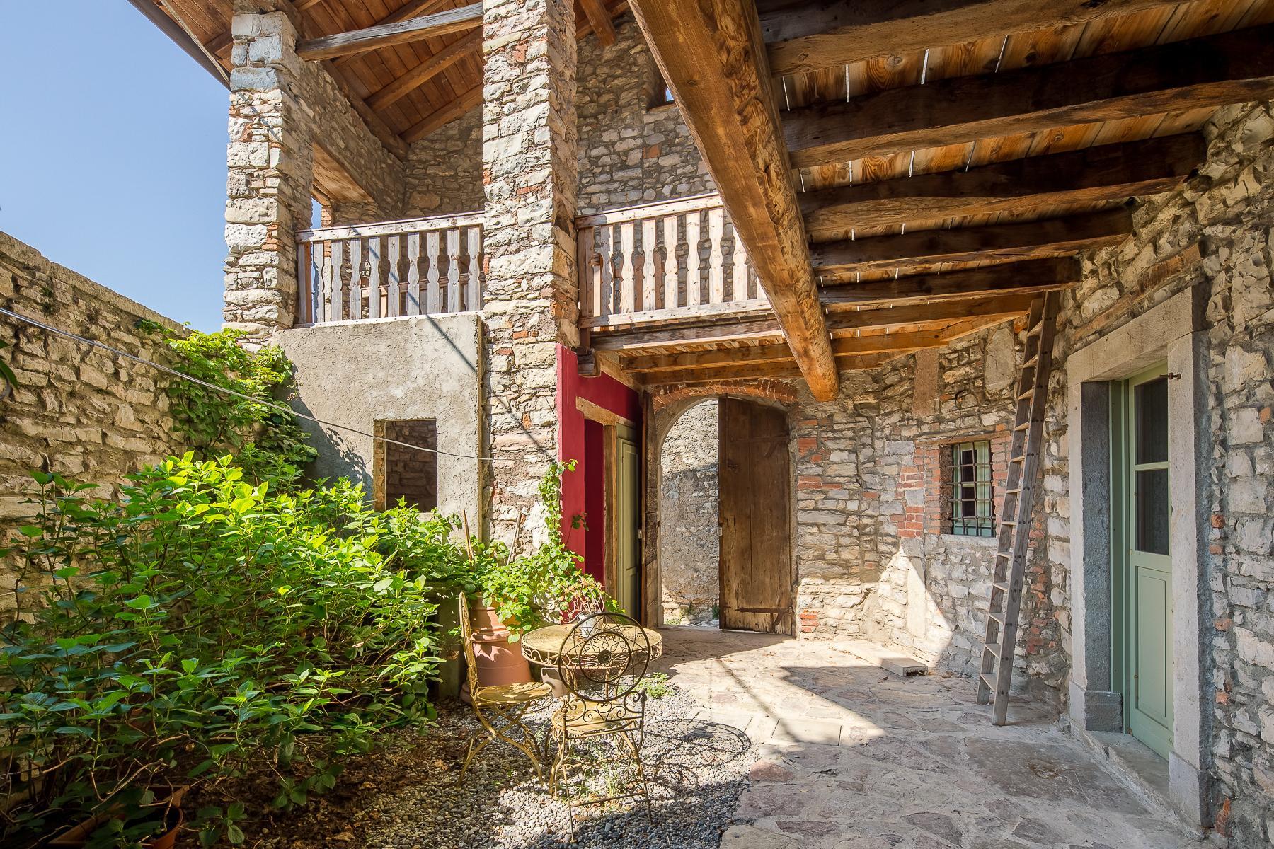 坐落在山坡之上安静村庄内的石头房屋 - 2