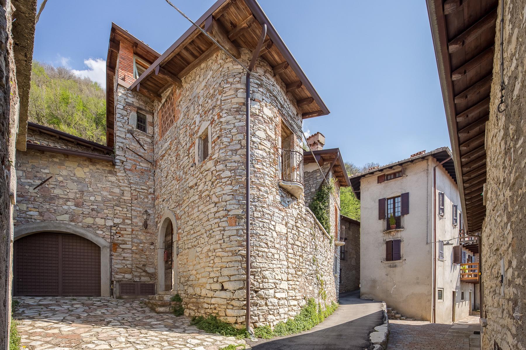 坐落在山坡之上安静村庄内的石头房屋 - 18