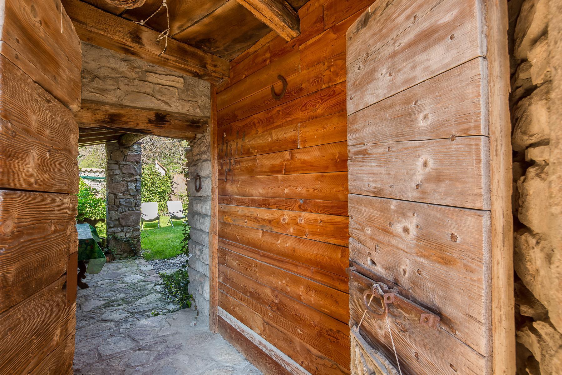 坐落在山坡之上安静村庄内的石头房屋 - 12