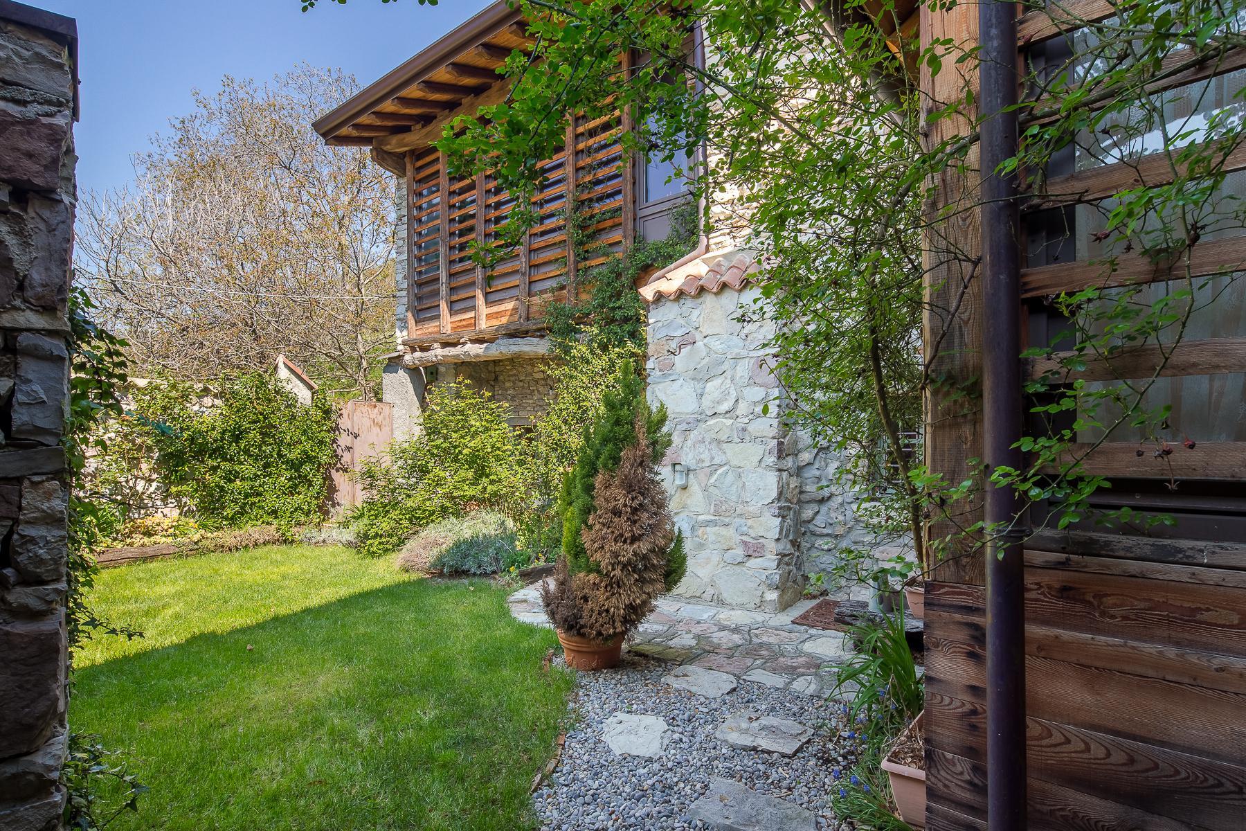 坐落在山坡之上安静村庄内的石头房屋 - 11