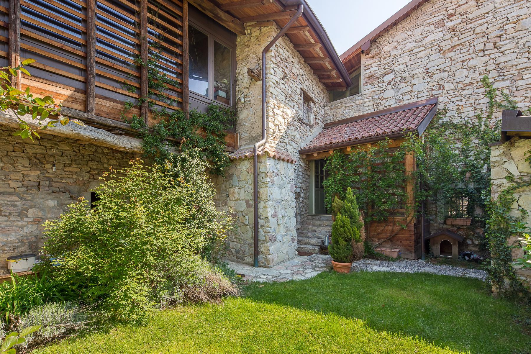 坐落在山坡之上安静村庄内的石头房屋 - 3