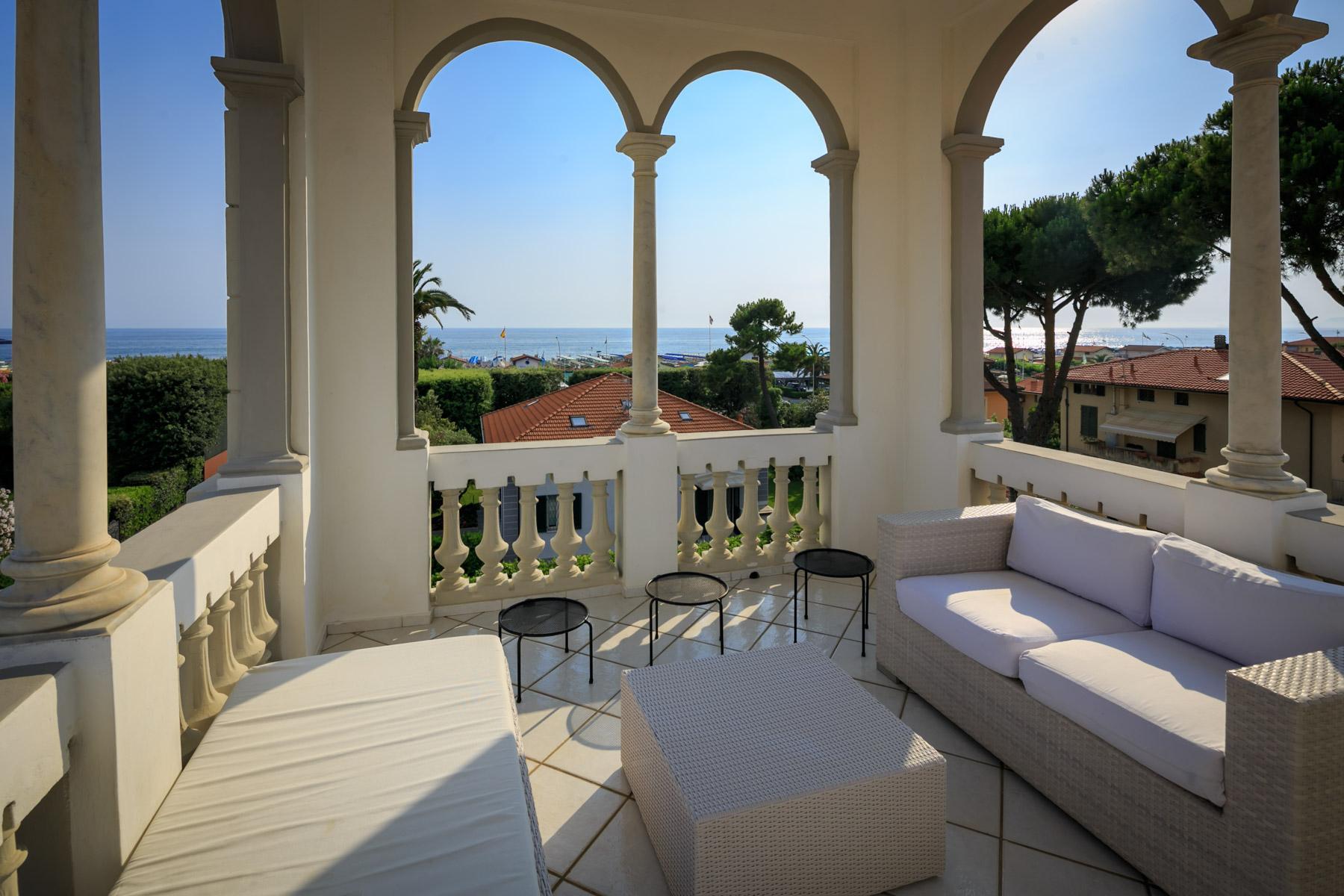 Villa en front de mer avec tour à Forte dei Marmi - 3