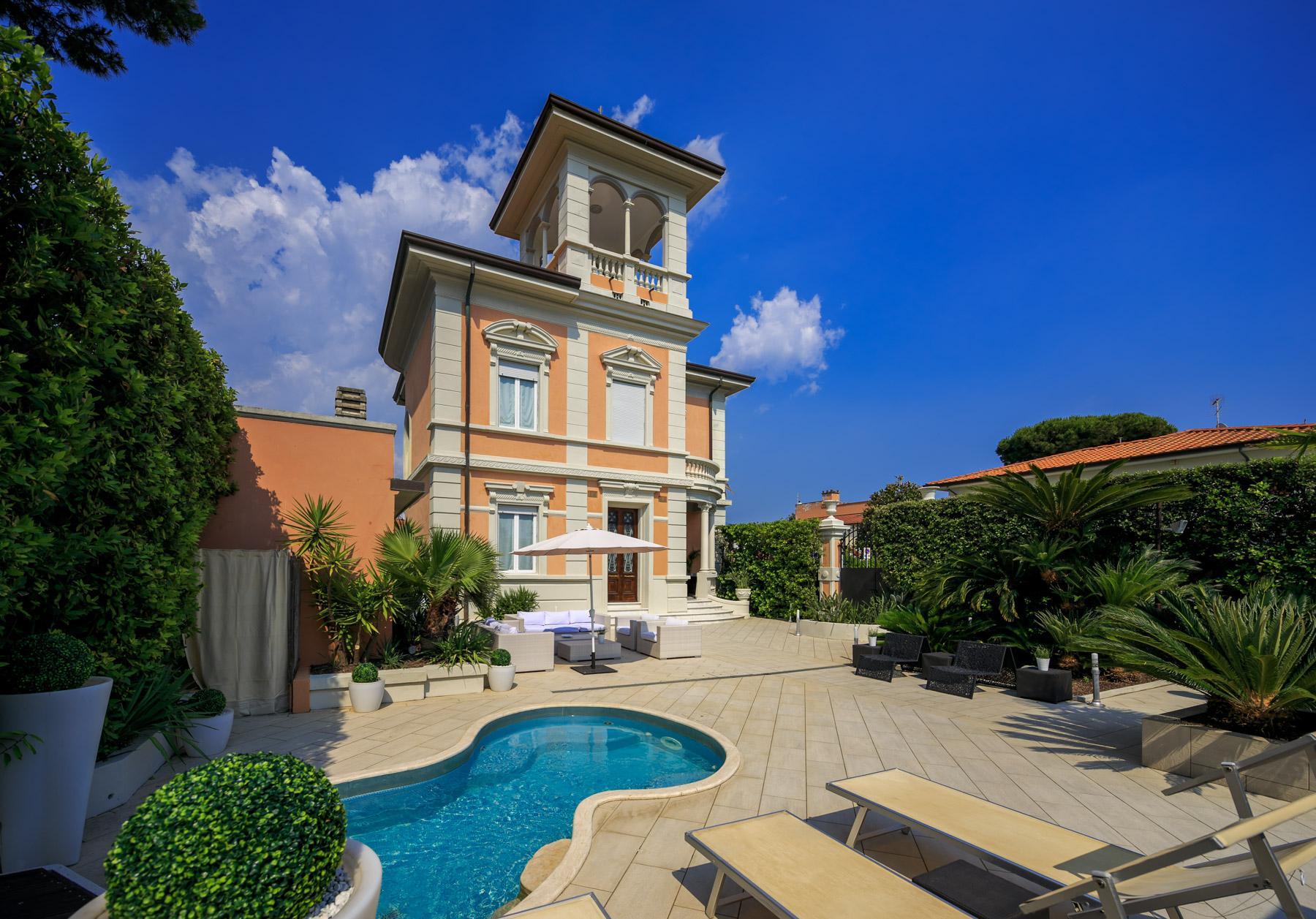 Villa en front de mer avec tour à Forte dei Marmi - 1