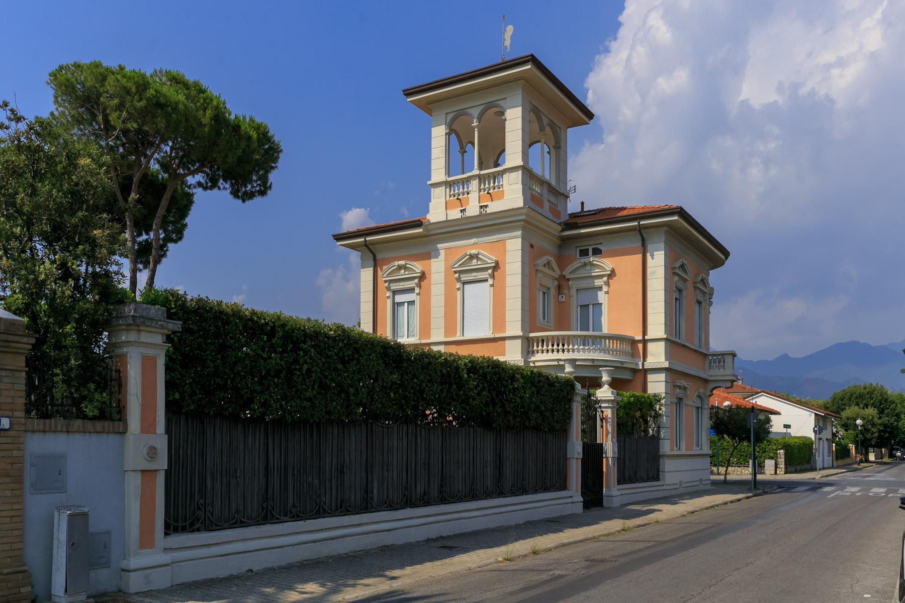 Villa en front de mer avec tour à Forte dei Marmi - 2