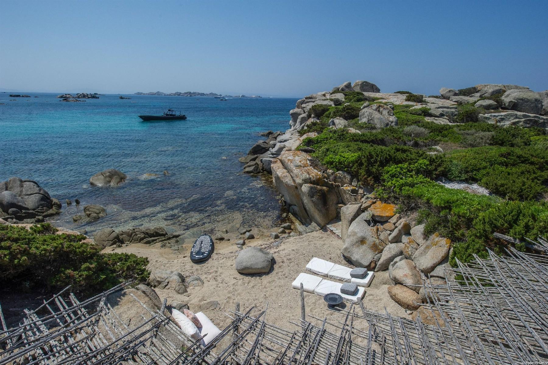 Iconica villa pieds dans l'eau all'ile de Cavallo - 10