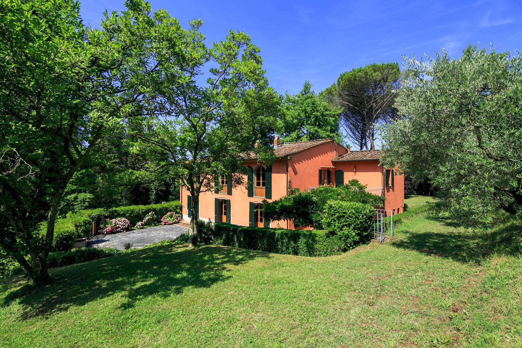 Elegante Villa mit Park und Olivenhainen auf dem Land Luccas - 1