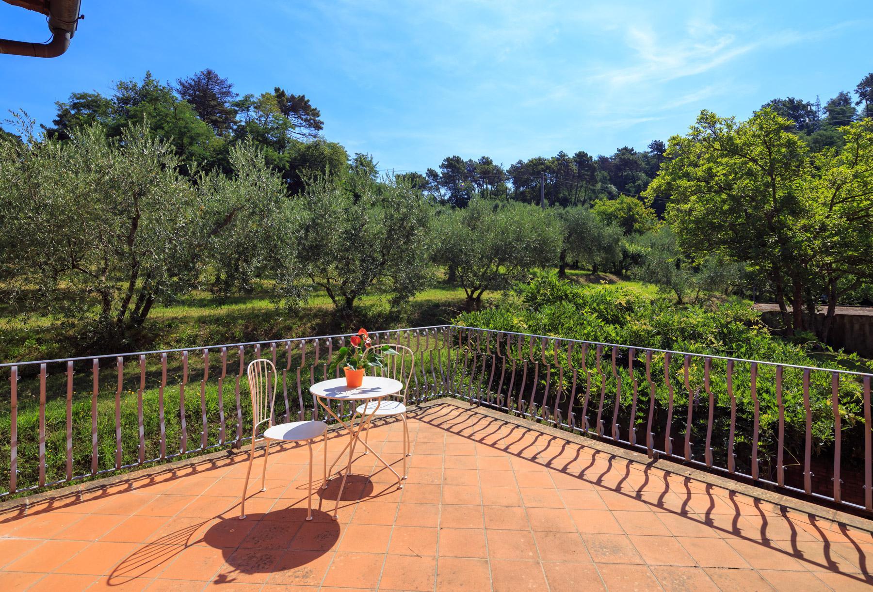 Elegante Villa mit Park und Olivenhainen auf dem Land Luccas - 8