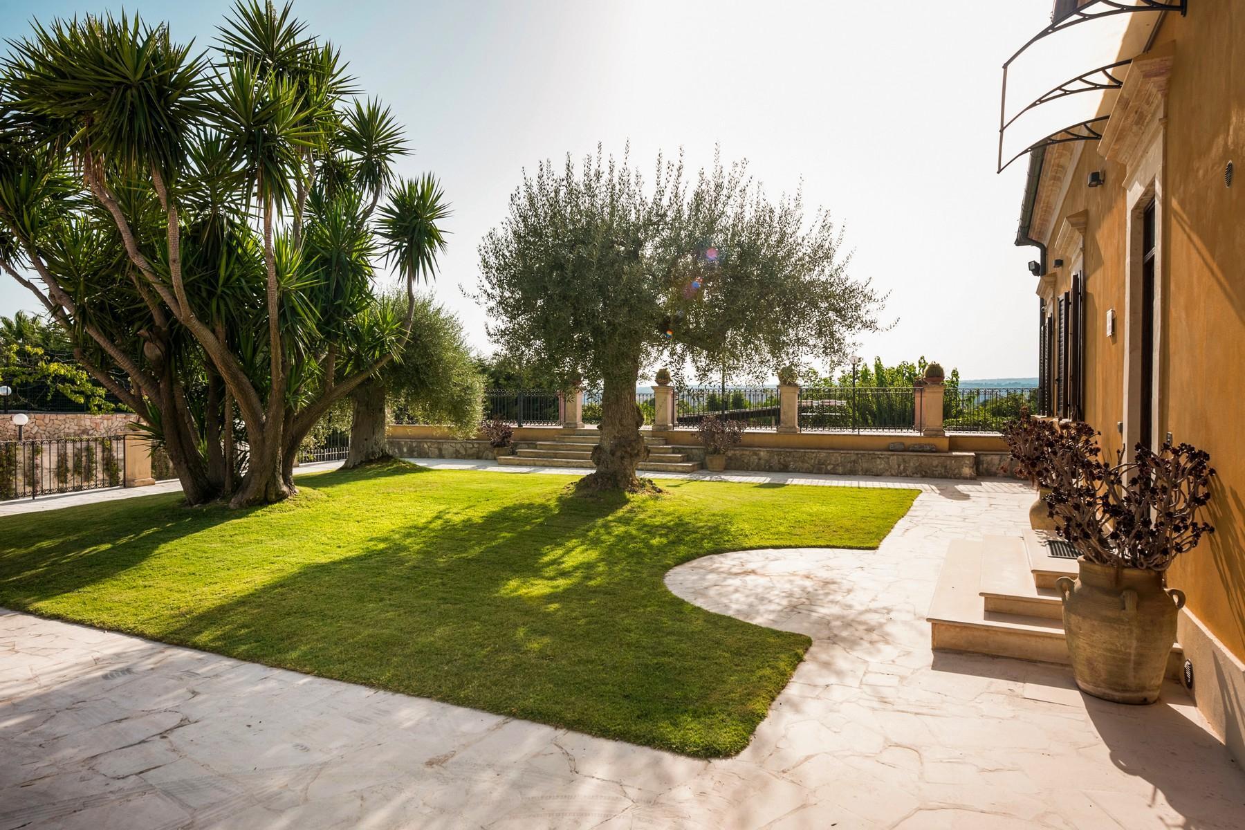 Stupenda villa con piscina immersa nel verde - 11
