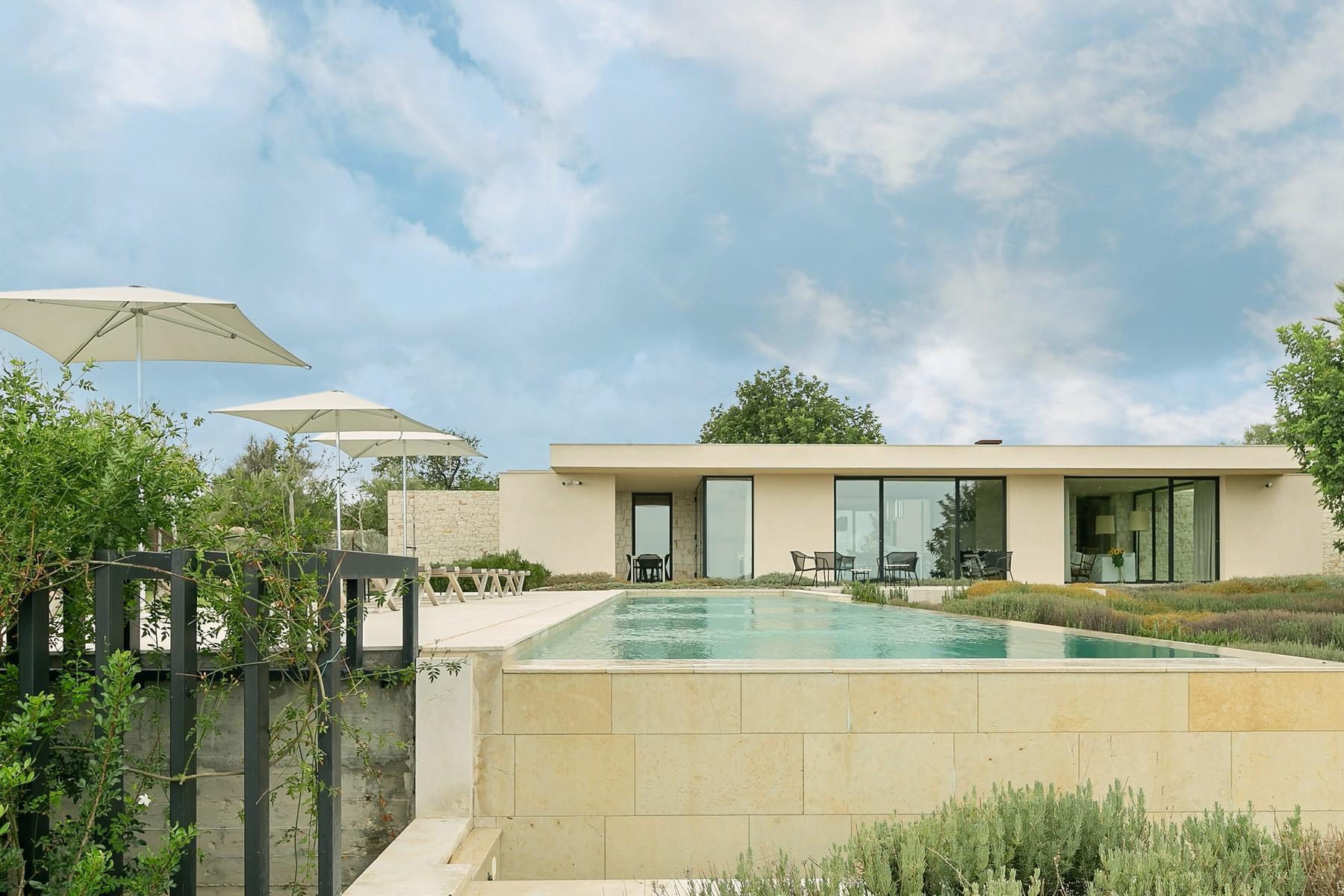 拥有游泳池和附属建筑当代设计的别墅 - 34
