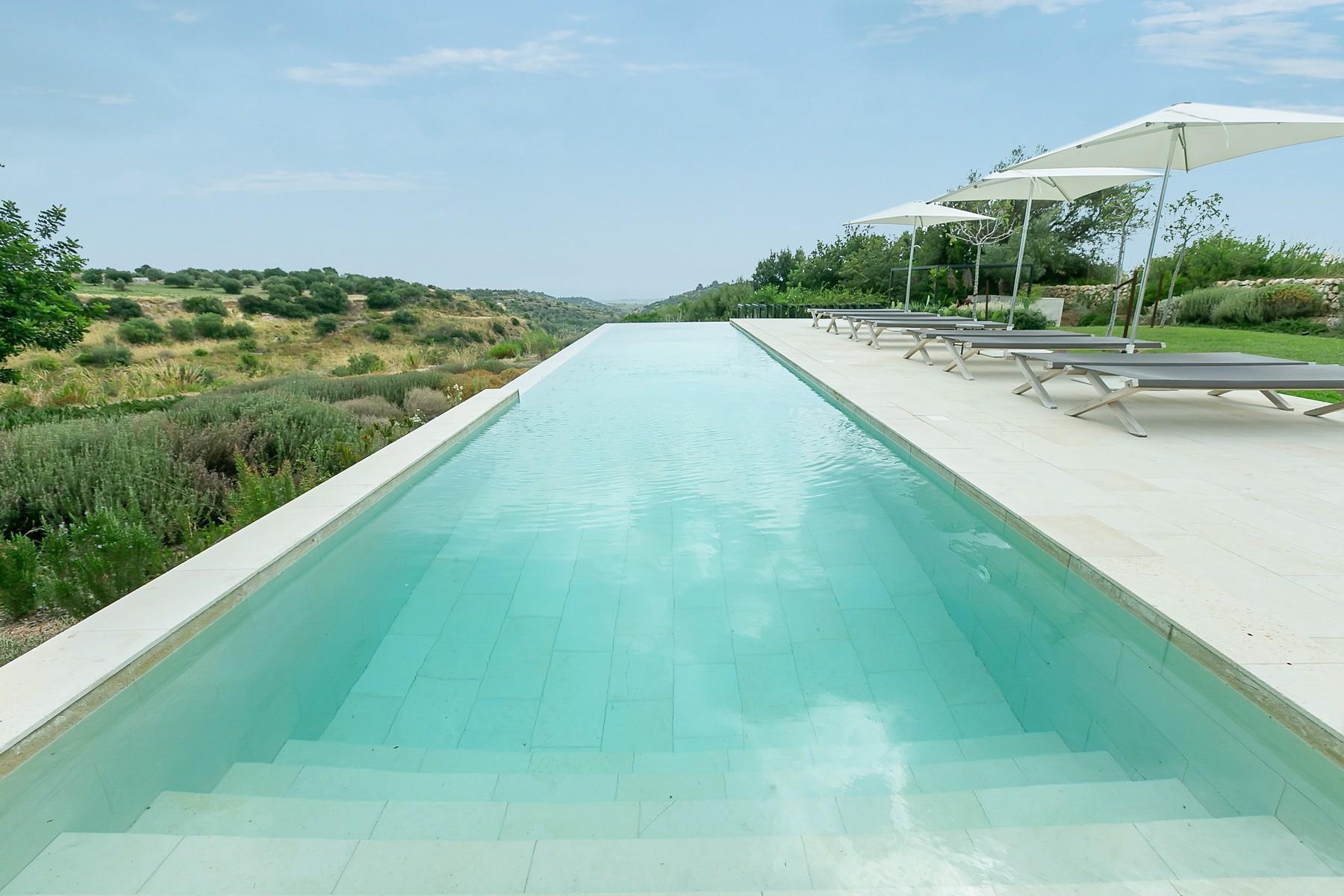 拥有游泳池和附属建筑当代设计的别墅 - 14