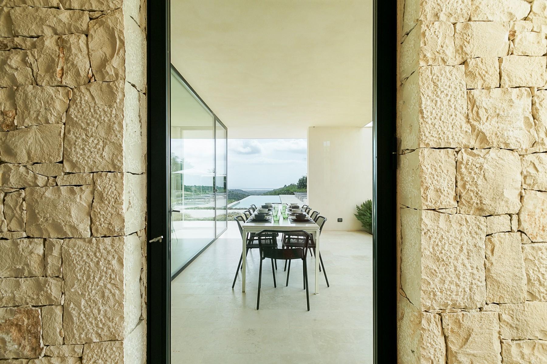 拥有游泳池和附属建筑当代设计的别墅 - 26