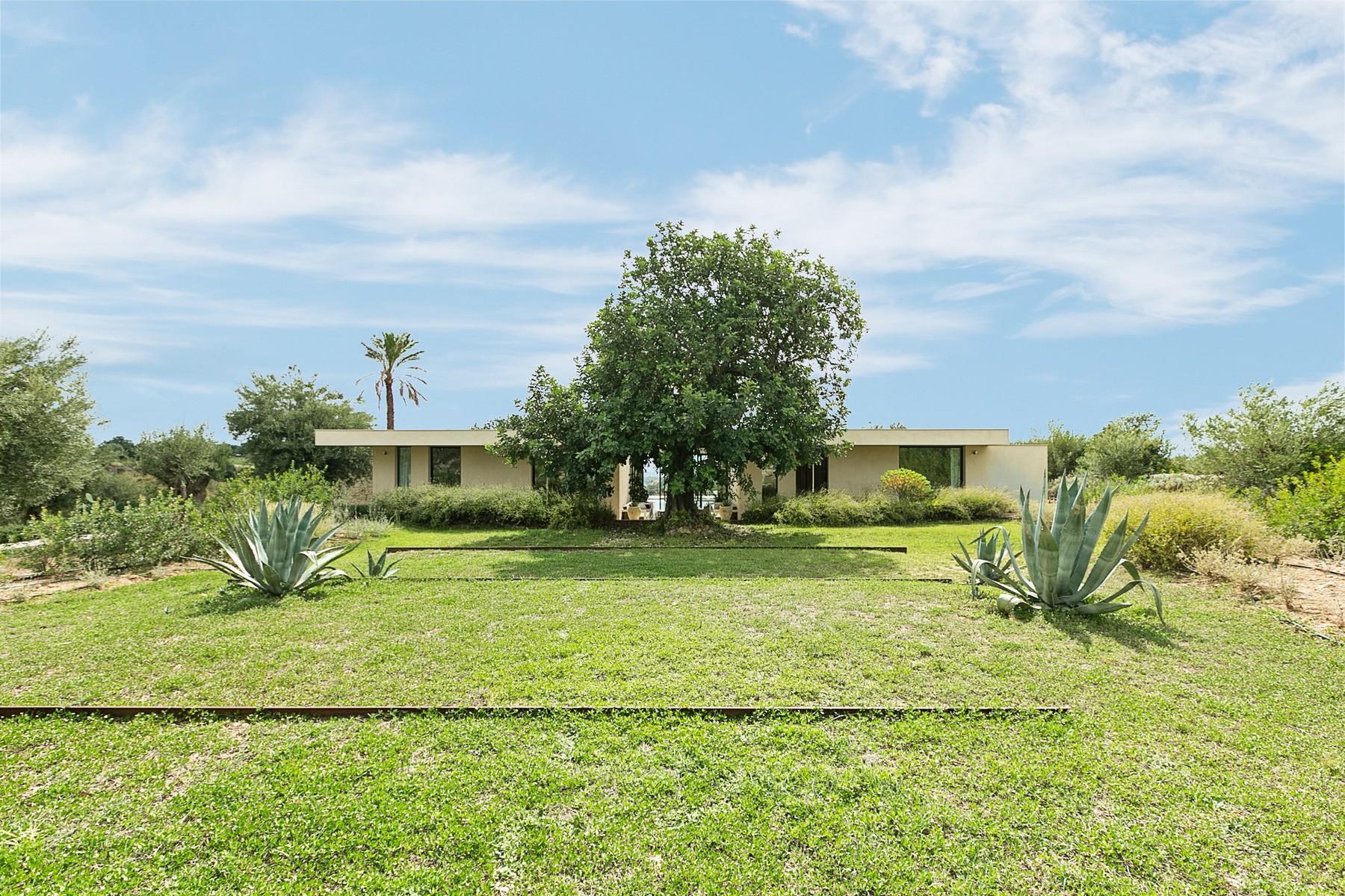 拥有游泳池和附属建筑当代设计的别墅 - 32