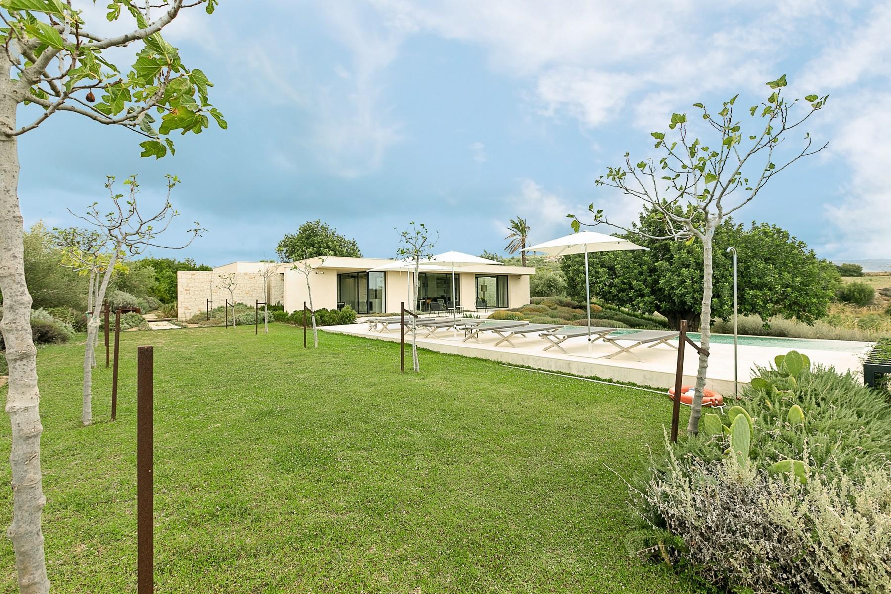 拥有游泳池和附属建筑当代设计的别墅 - 23