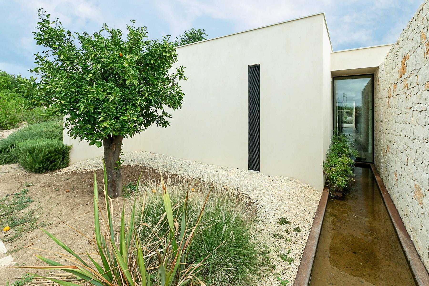 拥有游泳池和附属建筑当代设计的别墅 - 35