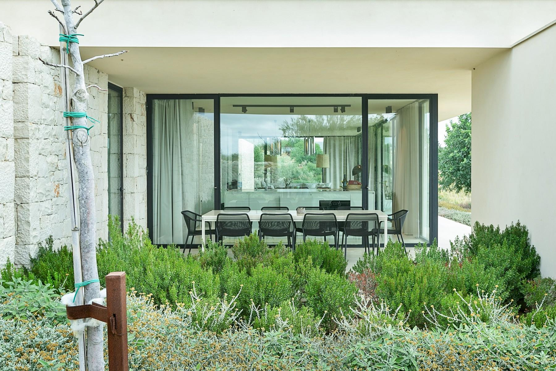 拥有游泳池和附属建筑当代设计的别墅 - 18